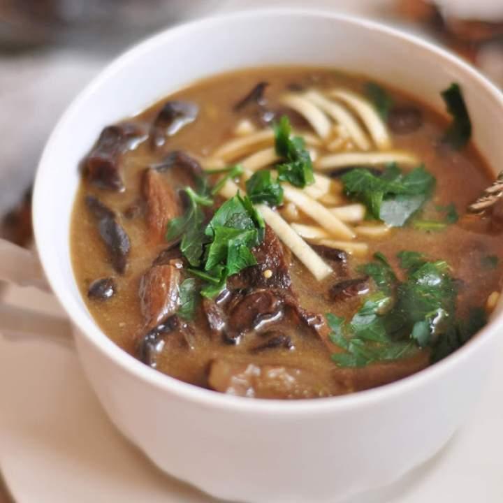 Zupa z suszonych grzybów z makaronem