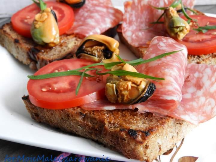 Bruschetta z salami spianata i wędzonymi omułkami