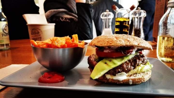 Jakie urządzenia sprawdzą się w lokalu gastronomicznym typu fast food?