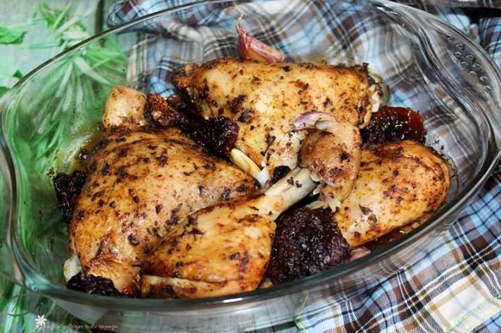 Bazyliowy kurczak pieczony z suszonymi pomidorami i ząbkami czosnku