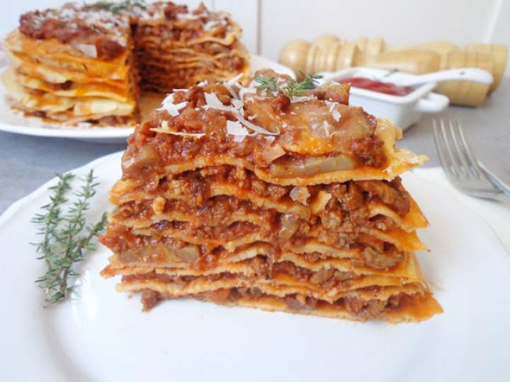 Tort naleśnikowy z mięsnym ragù i pieczarkami (Torta di crepes con ragù di carne e funghi champignon)
