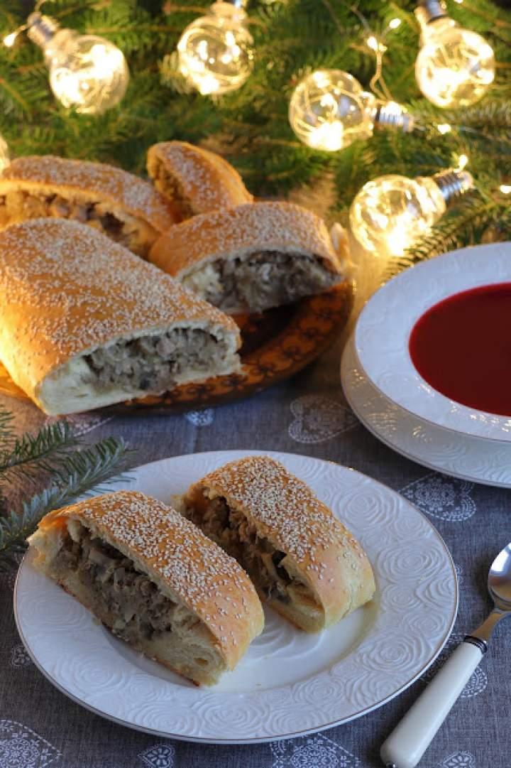 Drożdżowa rolada z mięsem mielonym, kapustą i grzybami