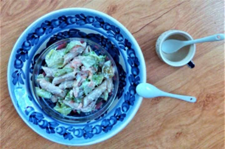 Sałatka łososiowo ogórkowa z makaronem pełnoziarnistym