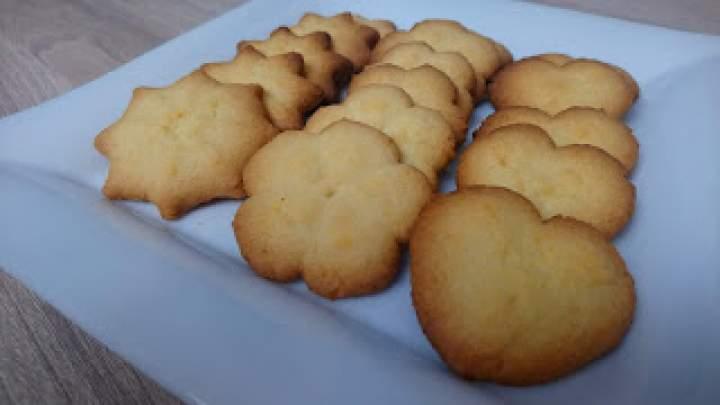Kruche ciasteczka wyciskane przez maszynkę
