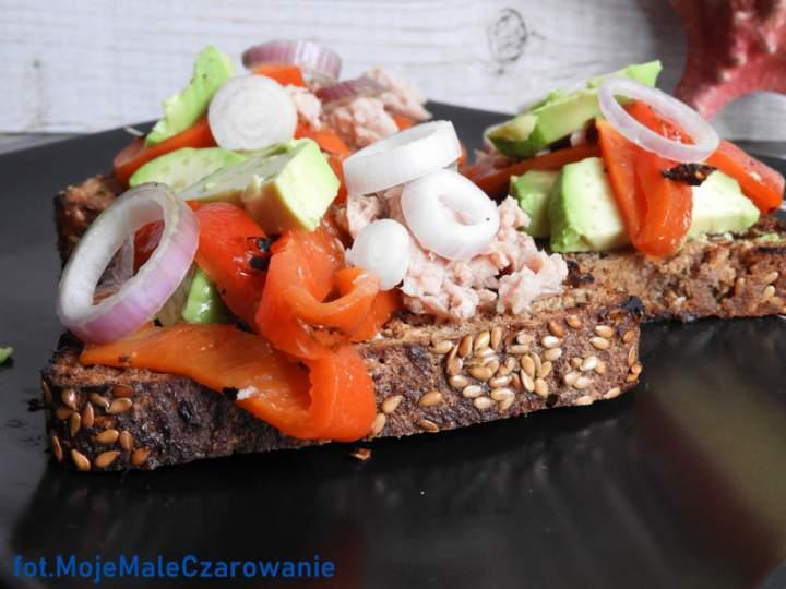 Ciepłe kanapki z tuńczykiem i awokado