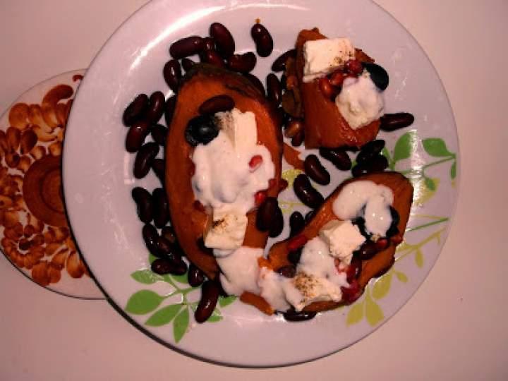 Ziemniaki i bataty faszerowane czerwoną fasolą i granatem