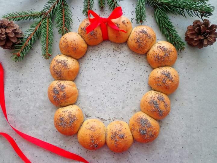 Świąteczna girlanda z bułeczek z makiem (Ghirlanda di panini con semi di papavero)