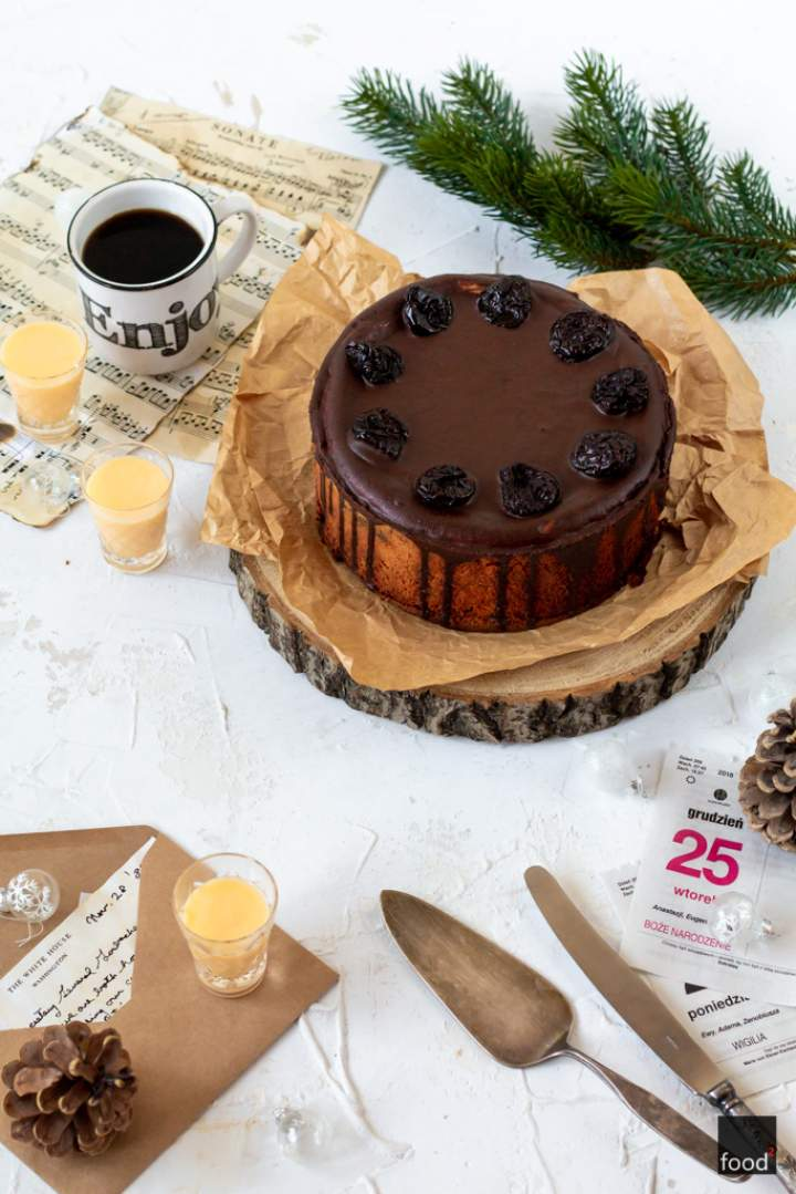 Sernik z ajerkoniakiem, suszonymi śliwkami i czekoladą