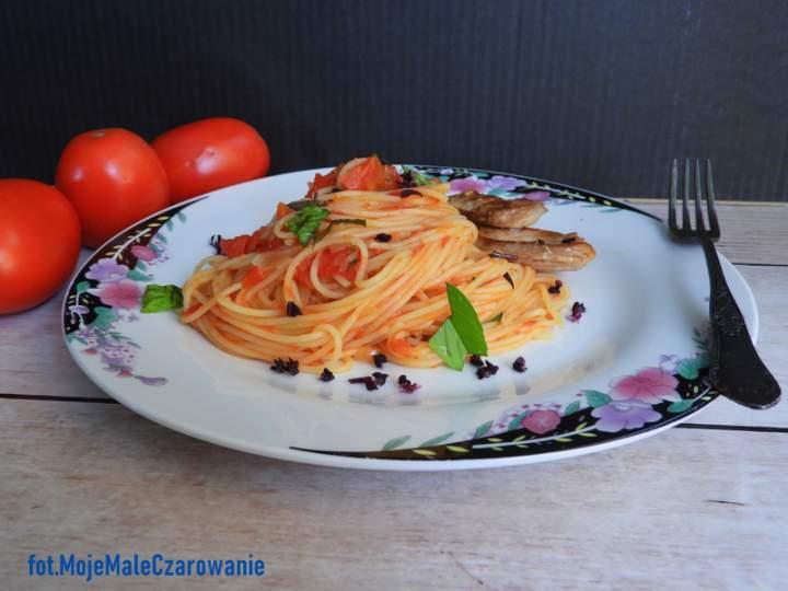 Spaghetti z sosem pomidorowym i kurczakiem