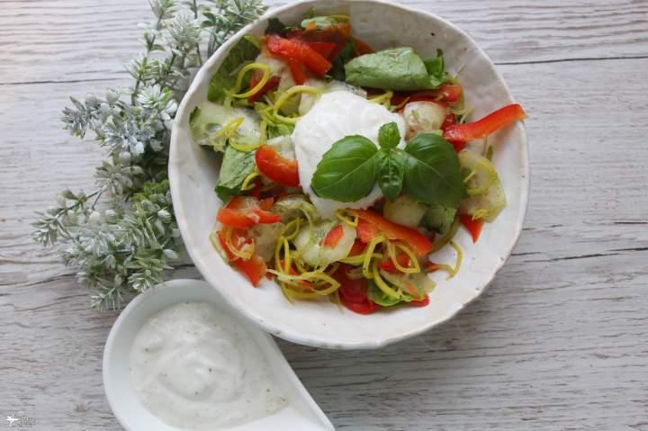 Kolorowa sałatka obiadowa z sosem czosnkowym