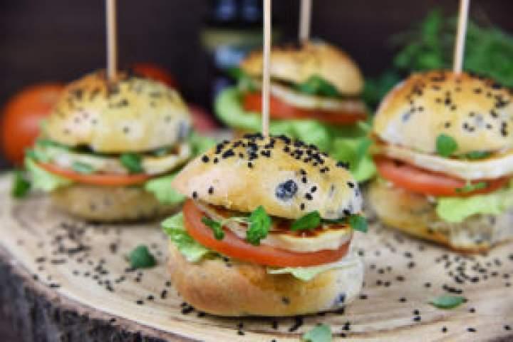 Imprezowe hamburgerki zserem Halloumi