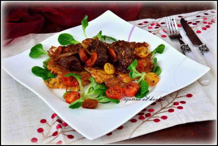 Policzki wołowe na plackach ziemniaczanych z grillowanymi pomidorkami