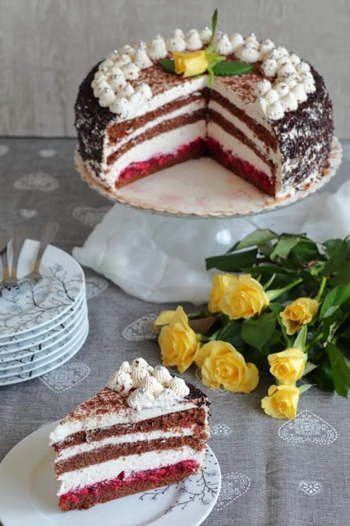 Tort wiśniowy z kremem śmietankowym z białą czekoladą