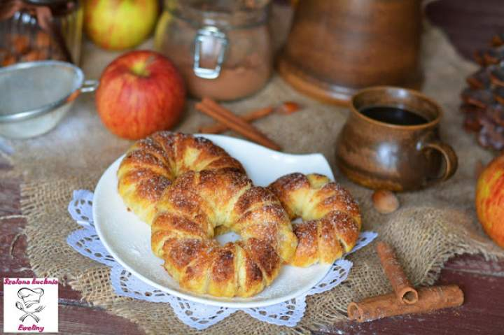 Pachnące cynamonem jabłka zapiekane w cieście francuskim