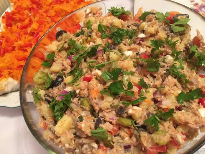 Sałatka warzywna z tuńczykiem i pieczarkami