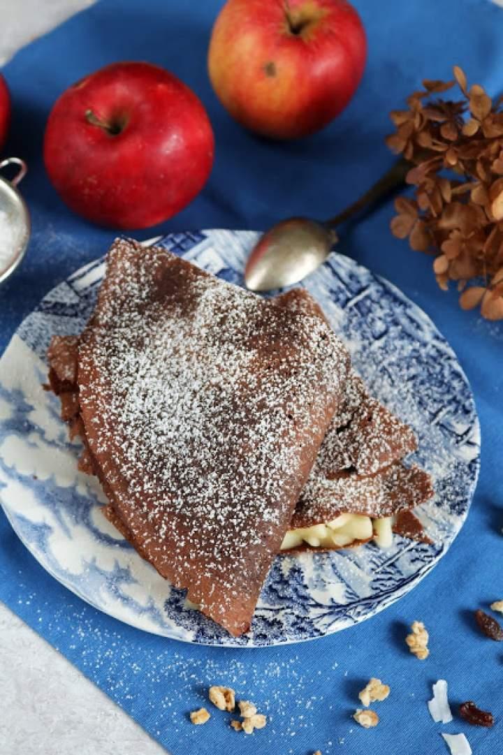 Naleśniki czekoladowe z smażonymi owocami.