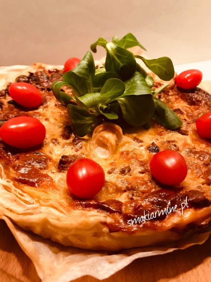 Tarta z mięsem mielonym, porem i oliwkami na cieście francuskim