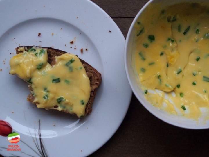 Ser smażony z jajkiem i szczypiorkiem