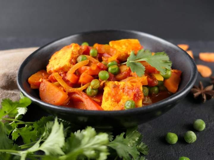 Curry z serem Paneer i warzywami