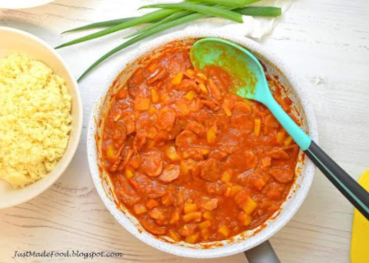 Pomidorowo-paprykowy sos z kiełbasą