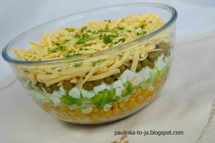 Warstwowa sałatka z żółtym serem