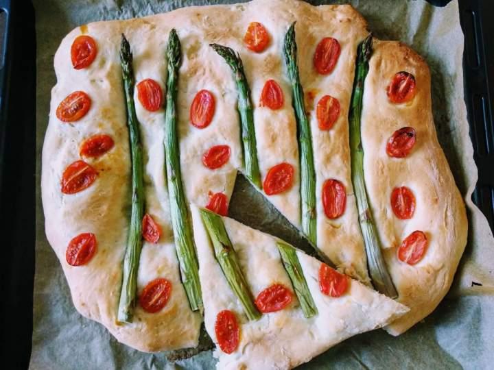 Focaccia ze szparagami i pomidorkami