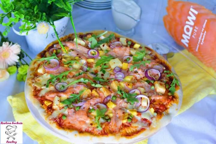 Pizza z łososiem w towarzystwie egzotycznych owoców