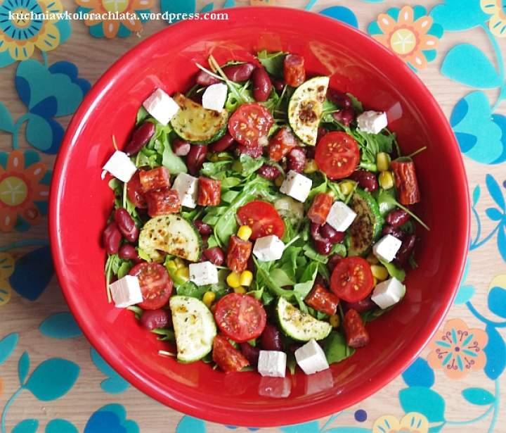 Sałatka z rukoli z warzywami, fetą i kabanosami