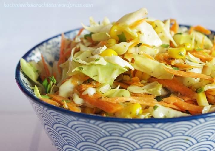 Surówka z kapusty z marchewką i kukurydzą