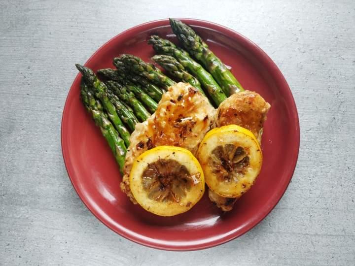 Cytrynowe szparagi z piersią kurczaka