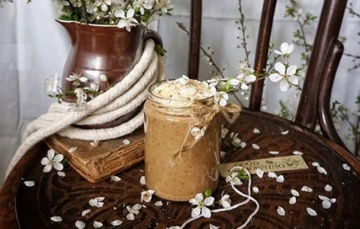 espresso + mleko roślinne + banan + suszone śliwki + płatki migdałowe