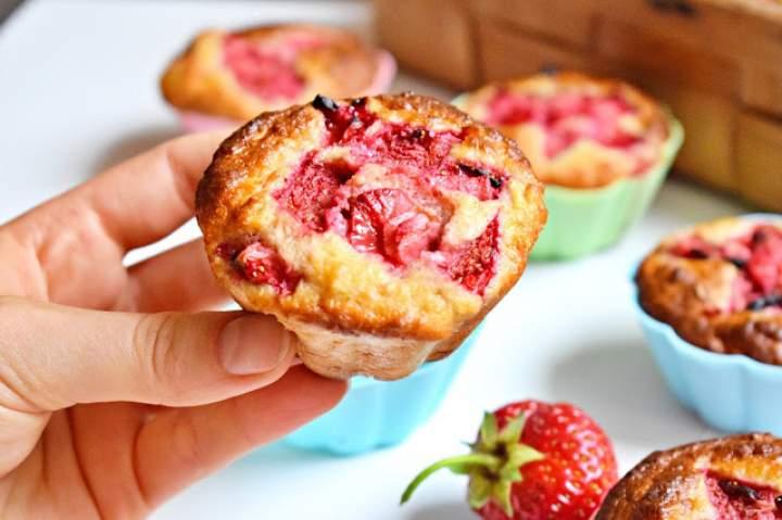 Muffinki owsiane z dżemem i truskawkami
