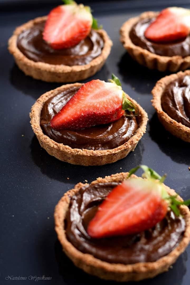Tartaletki owsiane z kremem czekoladowym z awokado i truskawkami