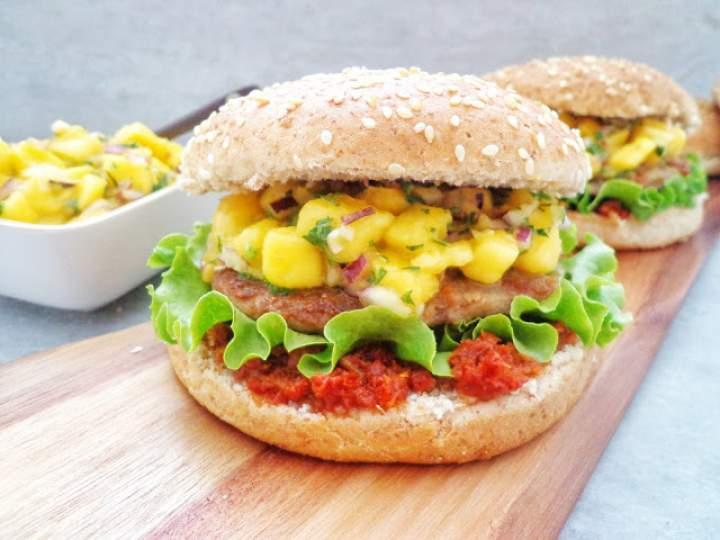 Hamburger wołowo-wieprzowy z salsą mango (Hamburger di suino e bovino con salsa al mango)
