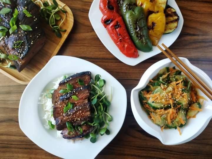 Grillowana łata wołowa po azjatycku z marchewkowo-ogórkową surówką i grillowanymi warzywami