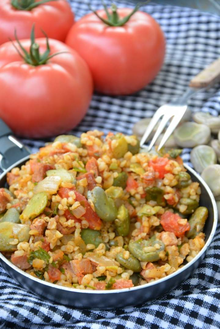 Bulgur z bobem i pomidorami
