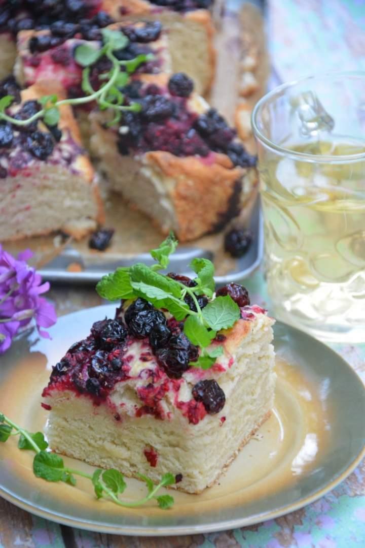 Ciasto drożdżowe z owocami i żurawiną
