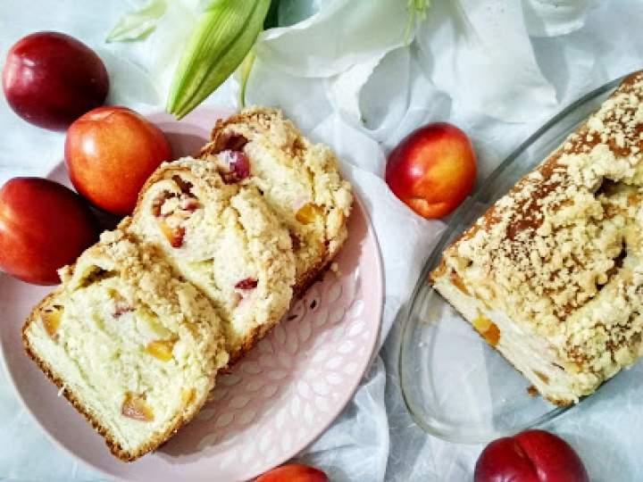 Zawijaniec drożdżowy z serem i owocami.
