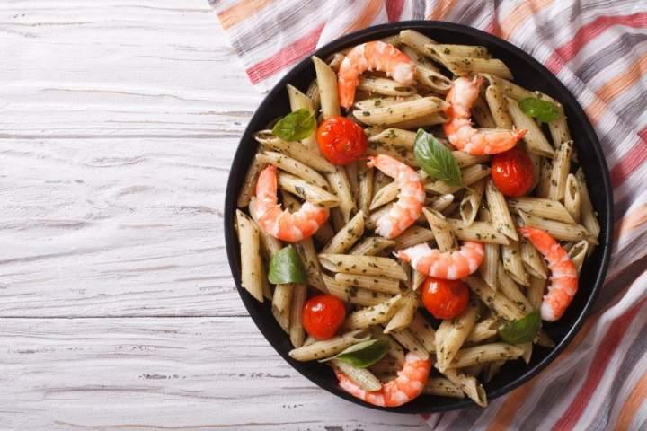 Makaron z krewetkami pomidorami i pesto