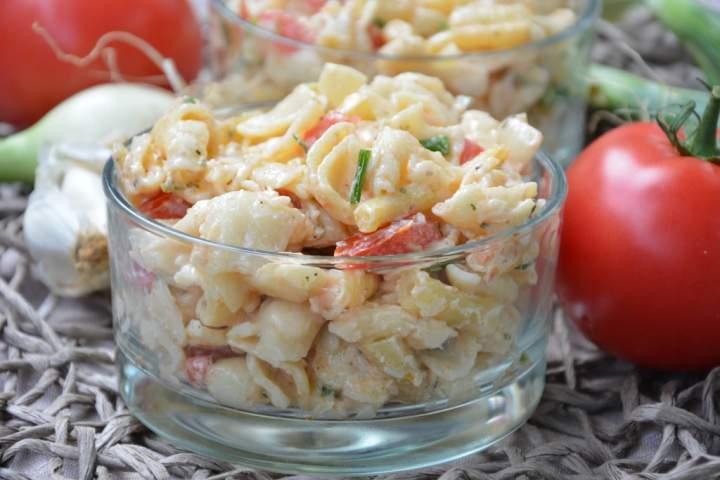 Sałatka makaronowa z fasolką szparagową, pomidorami i fetą