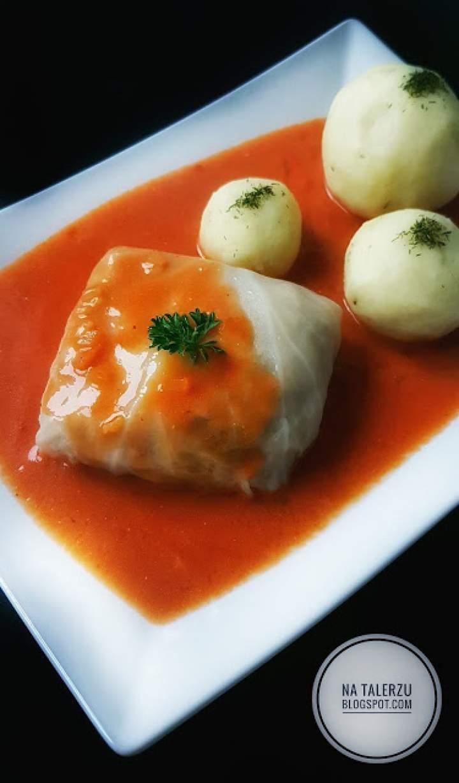 Tradycyjne polskie gołąbki z sosem pomidorowym