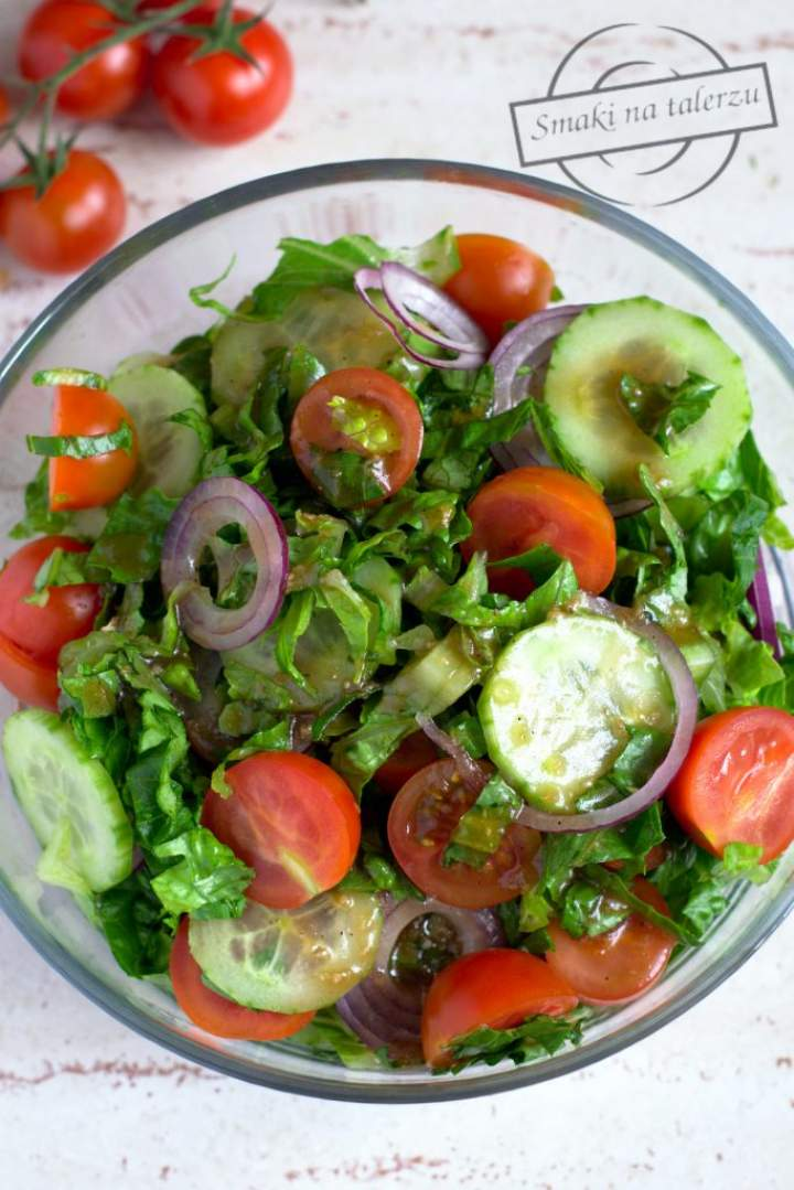 Surówka z sałaty rzymskiej z pomidorkami, ogórkiem i czerwoną cebulą