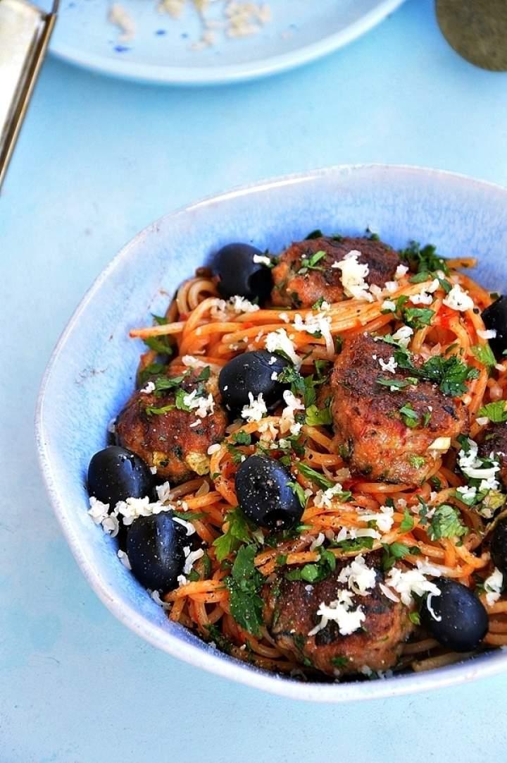 Spaghetti z grillowanymi kotlecikami wieprzowymi