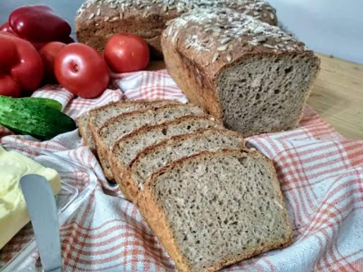 Chleb pełnoziarnisty ze słonecznikiem.