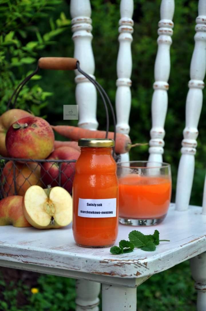 Świeży sok marchewkowy z imbirem