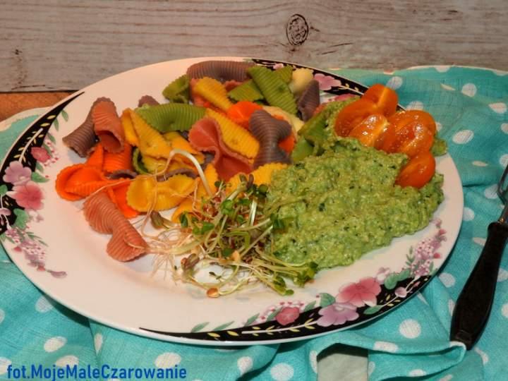 Kolorowy makaron z sosem brokułowo – kapuścianym
