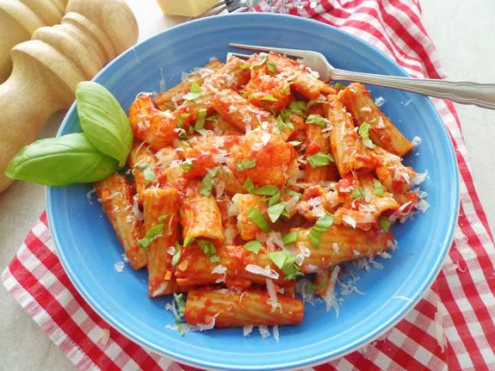 Makaron z kalafiorem w sosie pomidorowym (Pasta con ragù di cavolfiore)