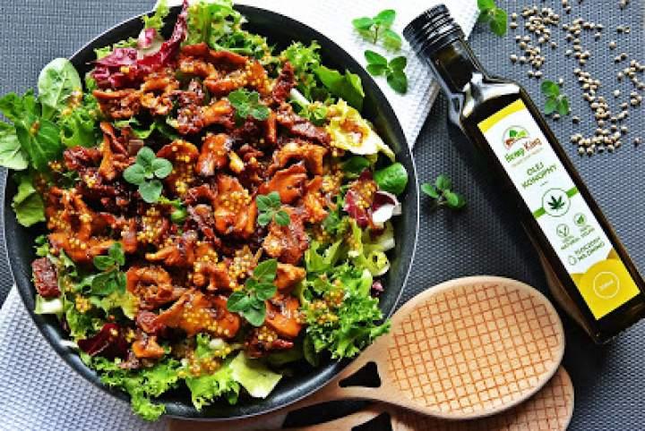 Sałatka z kurkami, suszonymi pomidorami i sosem musztardowo-konopnym