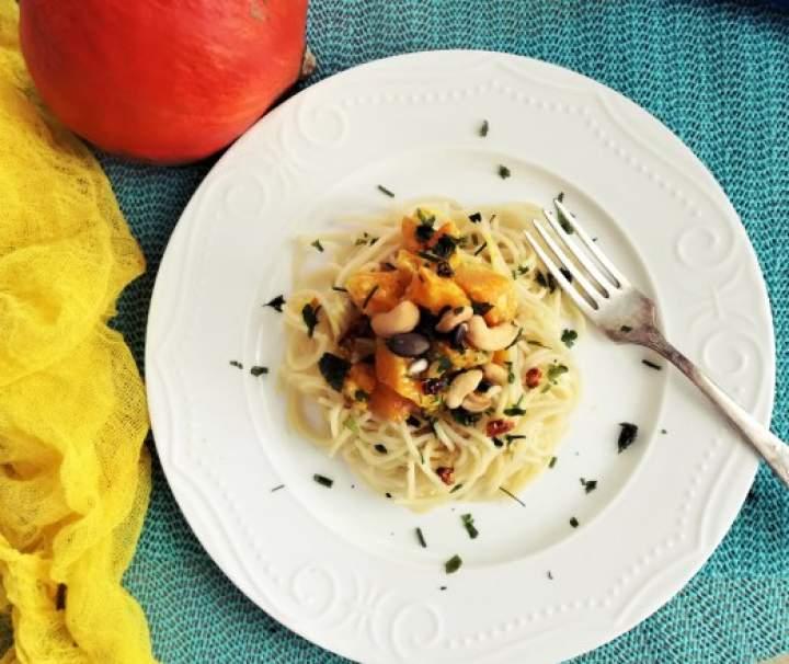 Spaghetti z dynią, suszonymi pomidorami i orzeszkami nerkowca
