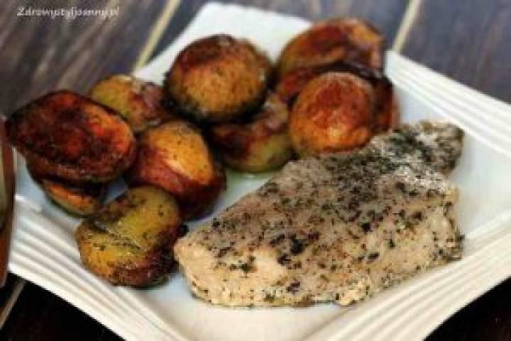 Pieczony tuńczyk z ziemniakami.